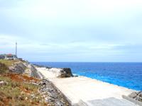 南大東島の北港/南大東港 北地区/レインボーストーン - 港へ降りる道の壁にあります