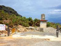 南大東島の海軍棒プール/南大東島東海岸植物群落 - 植物群落の石碑もあります