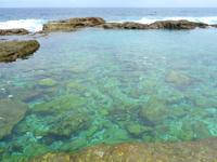 南大東島の海軍棒プール/南大東島東海岸植物群落 - 海水プールへと下りる坂はかなり急