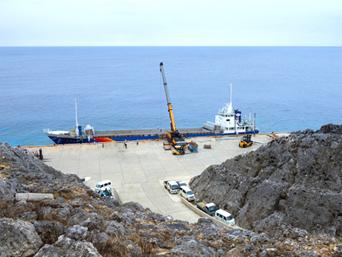 南大東島の亀池港/可倒式風力発電