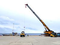 南大東島の亀池港/可倒式風力発電 - 港は海に向かって左右にある