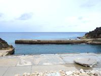 南大東島の亀池港/可倒式風力発電 - 陸側の高台に風車がある
