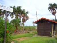 南大東島の瓢箪池/月見池/月見橋 - 広場には休憩所もある