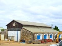 南大東島の機関車庫跡 - 幹線道路沿いにあってビロウの並木も