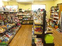 南大東島の太陽ぬ家/てぃーだぬやー - 雑貨や文房具が多い店の奥