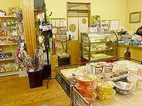 南大東島の太陽ぬ家/てぃーだぬやー - レジ周辺に食べ物類