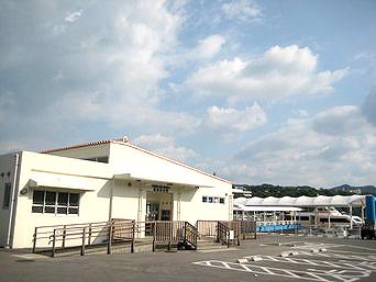 水納島の渡久地港/水納島へのアクセス「渡久地港のターミナルと駐車場」