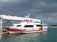 水納島の渡久地港/水納島へのアクセス - 渡久地港の浮き桟橋と高速艇