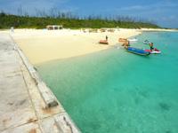 水納島の水納ビーチ - 桟橋の真横がビーチです