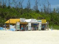 水納島の水納ビーチ - 仮設のお店がありますが合法か違法か・・・