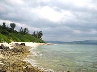 水納島の島南側のビーチ - 岩場も多いです