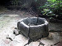 水納島の奥の丸い古井戸 - 丸い井戸はやっぱり怖い?