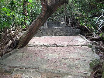 水納島の途中の四角い古井戸