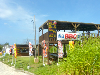 水納島の水納島バーベキュー/BBQ「集落のど真ん中に2階建ての建屋」