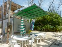 水納島のお食事の店 ティーダ/パーラー ティーダ - 軒先にテーブルがあります