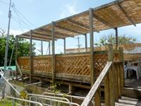 水納島のお食事の店 ティーダ/パーラー ティーダ - 2階的な場所にも飲食するスペースあり