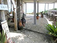 宮古島の島カフェ とぅんからや/太陽が窯 - カフェスペースはゴルフ場側