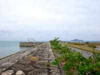 宮古島の島尻港/大神海運 - 防波堤は遊歩道になっている