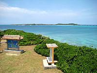 宮古島の西平安名崎 - 展望台から池間島側を見下ろします