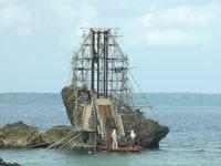 宮古島の宮古島七光湾 サンピラー - 小さな湾の沖の岩に作られています