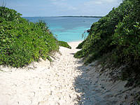 宮古島の砂山ビーチ - 砂の山を下りてビーチまで行きます