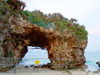 宮古島の砂山ビーチ - 岩の穴は立入禁止になりました