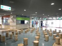 宮古島の平良港マリンターミナル まりんぴあみやこ - ターミナル内は閑散としています