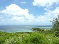 宮古島の真謝海岸 - 高台から真謝海岸と港横の緑地帯を見る