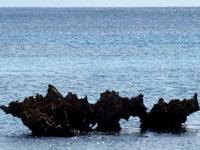 宮古島のブリーズベイビーチ/文化村ビーチ/ハート岩 - ハート岩/穴!宮古は斜めばかり・・・