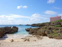 宮古島のブリーズベイビーチ/文化村ビーチ/ハート岩 - ハート岩は博愛館前の湾のど真ん中