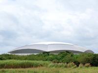 宮古島の宮古島ドーム/スポーツ観光交流拠点施設 - 中央部分がガラス繊維膜ですぐ汚れる