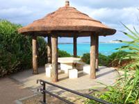 宮古島のパイナガマ公園 - ビーチ側にある誰も使わない休憩所