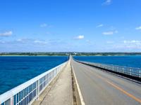 宮古島の来間大橋 - 橋の最高部から見る景色は格別