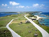宮古島の平安名崎灯台 - 灯台上から東平安名崎全体を見る