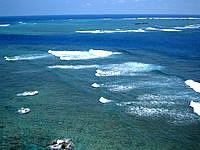 宮古島の平安名崎灯台 - 灯台上から東側の海を見る