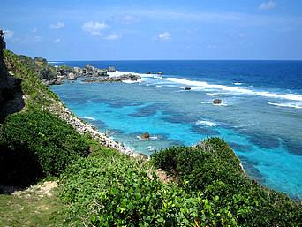 宮古島の東平安名崎へ行く途中の海「海の青色のグラデーションがすごくキレイ」