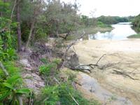 宮古島のクウラ水辺公園/久浦水辺公園 - ビーチまでの道は浸食で一部崩落
