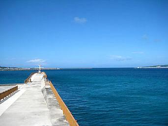 宮古島の荷川取漁港の防波堤「防波堤がキレイに整備されています」