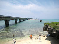 宮古島の池間大橋展望所 - 池間大橋を下から望めます