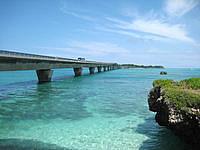 宮古島の池間大橋展望所 - 海に青さと橋の造形美