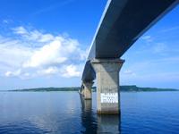 宮古島の伊良部大橋 宮古島側/橋の駅んみゃ〜ち - 伊良部大橋を下から見たレアな光景