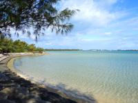 宮古島のサニツ浜 - 護岸はかなり整備されて砂浜は少なめ