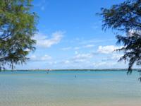 宮古島のサニツ浜 - 湾内は浅瀬で波もないのでレジャー向きかも?