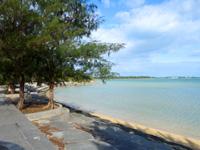 宮古島のサニツ浜 ふれあい広場 - 護岸に座ってのんびりするのがお勧め