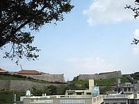 那覇の首里城公園 - 遠くから見ると高台にあるのが分かります