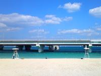 那覇の波の上ビーチ - 目の前に高架橋が2本も延びています