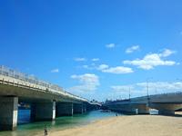 那覇の波の上ビーチ - 2つの高架橋に挟まれたビーチ