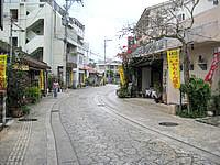 那覇の壷屋やちむん通り/壺屋大通り - 周辺には焼き物屋が多い