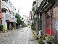 那覇の壷屋やちむん通り/壺屋大通り - 陶器工房が建ち並んでいます