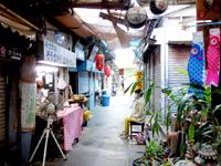 那覇の栄町市場 - 昼は営業しているお店の方が少ない